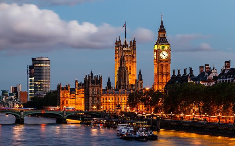 אורות העיר לונדון בלילה מנקודת ראיה של שיט על התמזה